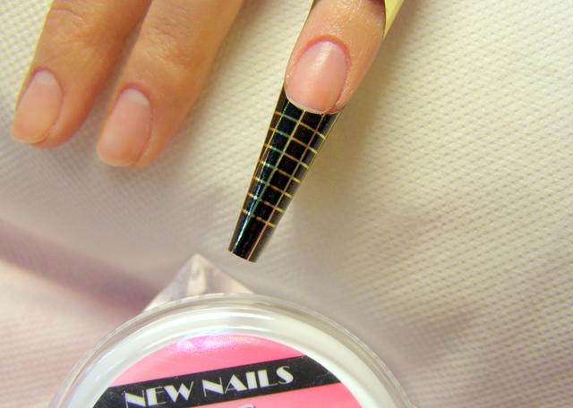 Krok 1) Podkładamy szablony i precyzyjnie formujemy je, zachowując identyczne kształty pod każdym paznokciem.