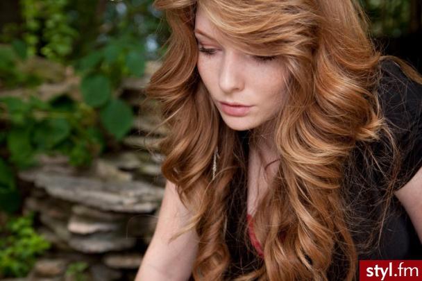 Delikatne fale skutecznie podnoszą włosy i dodają lekkości całej sylwetce.