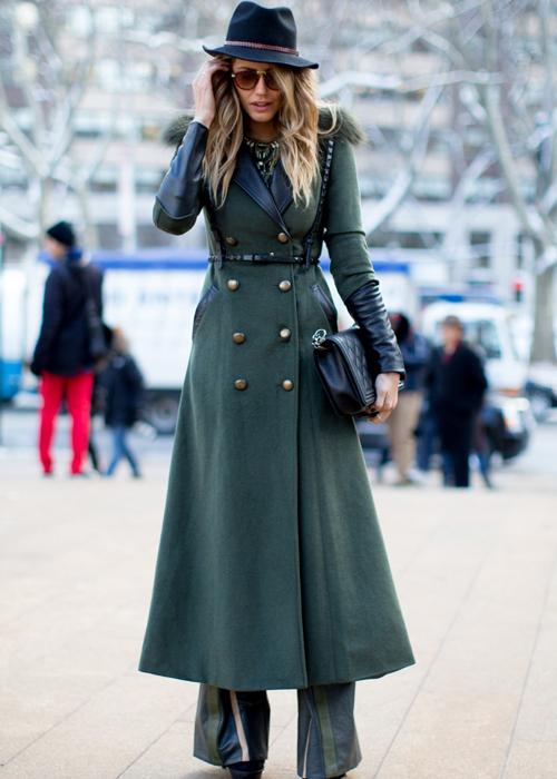 Dla eleganckiej kobiety najlepszym rozwiązaniem będzie powracający do łask długi,  sięgający za kolano płaszcz z wełny. Najmodniejszy w tym sezonie jest wiązany na pasek  i ma szeroki kołnierz. Popularne są także okrycia inspirowane męską dyplomatką –  o prostym kroju na guziki i dekoltem w kształcie V. Ciesząca się popularnością stonowana kolorystka – w odcieniach szarości i karmelu – sprawi, że klasyczny płaszcz w spokojnych barwach będzie nam służył przez wiele lat.