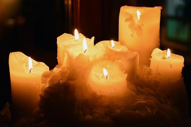 Lanie wosku przez klucz - to najpopularniejsza wróżba. Najpierw przygotuj się do niej: weź kilka świec, klucz i naszykuj garnek z zimną wodą. Świece roztop w garnku. Roztopiony płynny wosk przelej przez dziurkę od klucza do garnka z zimną wodą. Gdy wosk zastygnie, wyjmij go i umieść pomiędzy zapaloną lampką a ścianą. Odczytaj z cienia wróżbę.