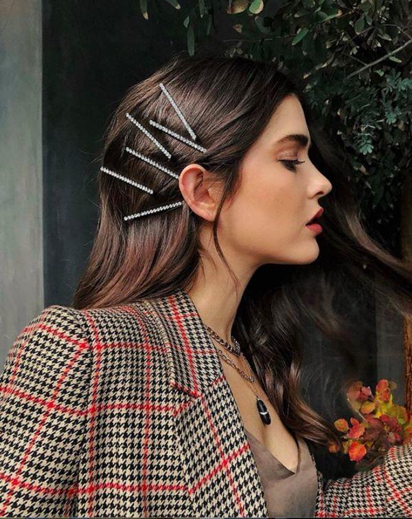 1. Spinki do włosów:  Sezon wiosna-lato 2019 to bez wątpienia czas wielkiego triumfu akcesoriów do włosów. Największym powodzeniem wśród modnych użytkowniczek Instagrama cieszą się ozdobne spinki do włosów. Przeglądając ich zdjęcia wiemy jedno - im więcej spinek, tym lepszy efekt końcowy!