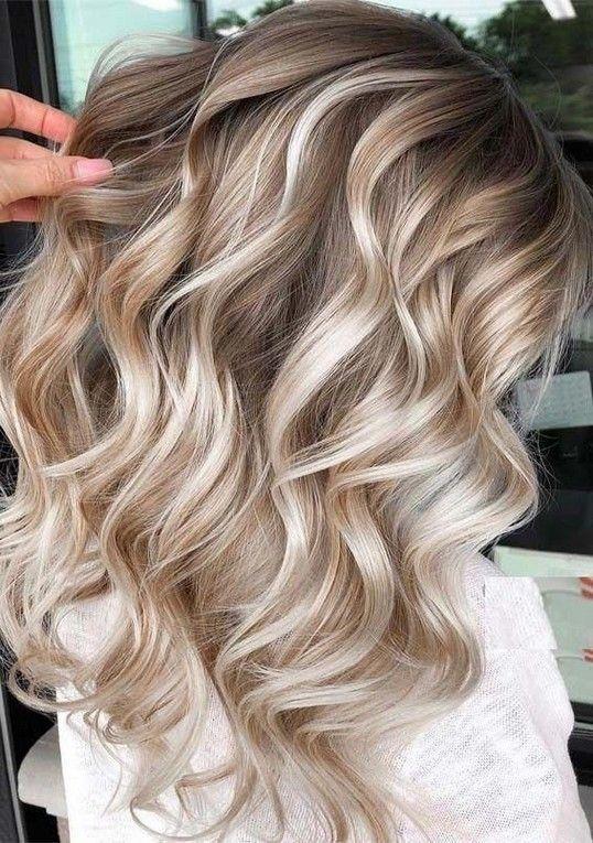Modne pasemka to w tym sezonie najlepszy sposób na rozjaśnienie włosów i dodanie im zdrowego blasku.