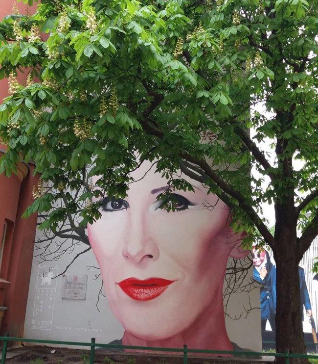 Słynny mural Kory znajduje się przy Nowym Świecie w Warszawie.